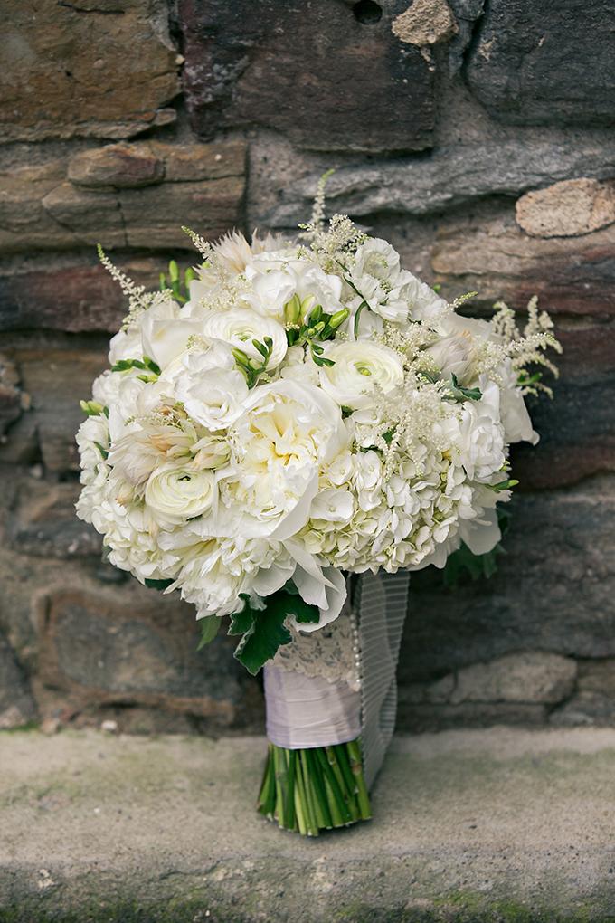 white bouquet   Erin Johnson Photography   Glamour & Grace