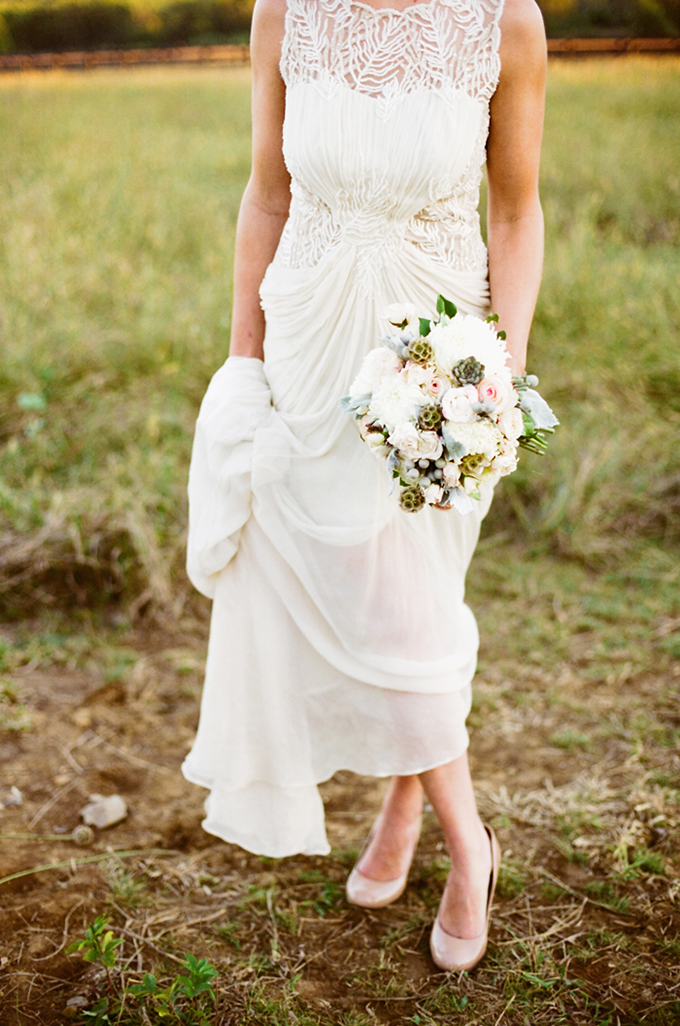 BHLDN gown and neutral bouquet | Jenna Henderson, Photographer | Glamour & Grace