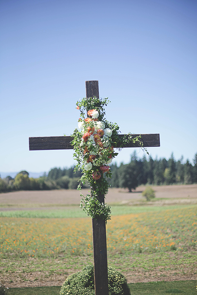 floral cross altar | Nakalan McKay Photography | Glamour & Grace