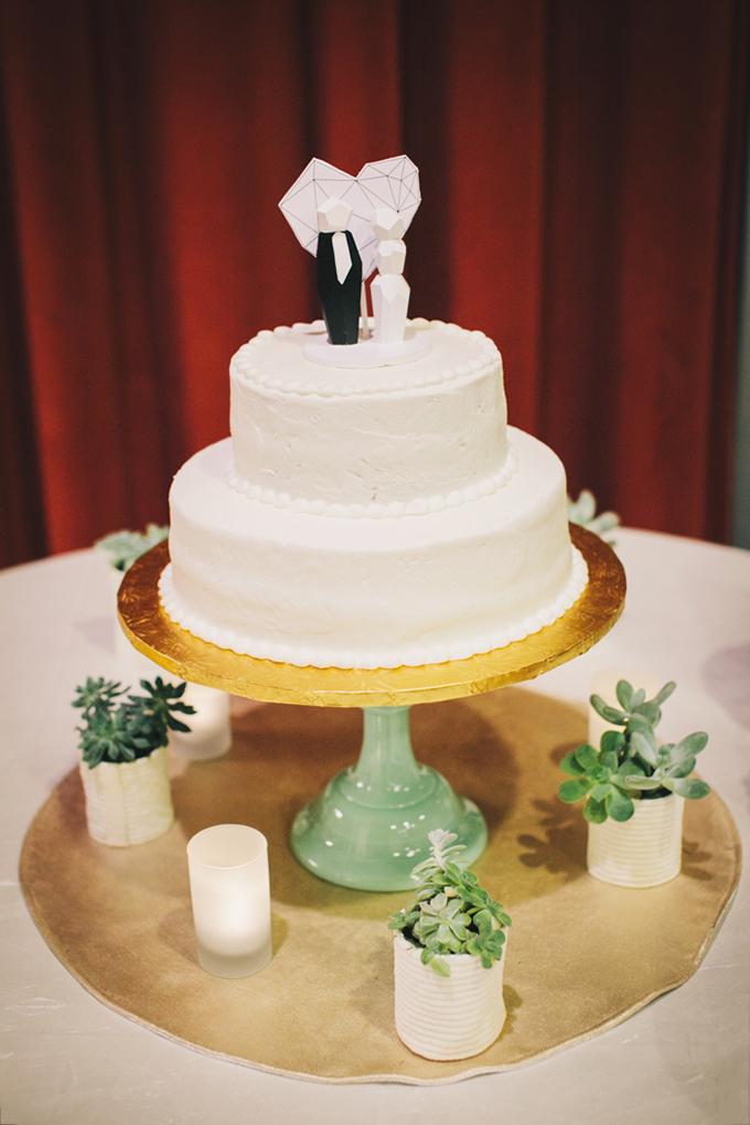 modern white cake | Jerry Yoon Photographers | Glamour & Grace