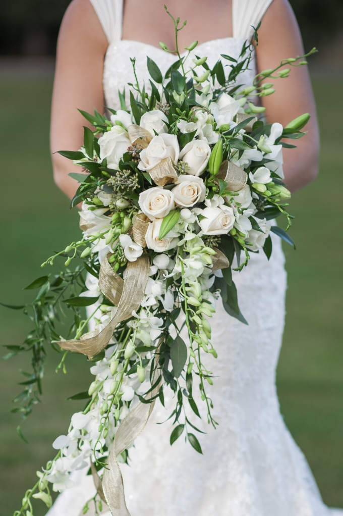white cascading bouquet | Barrie Anne Photography | Glamour & Grace