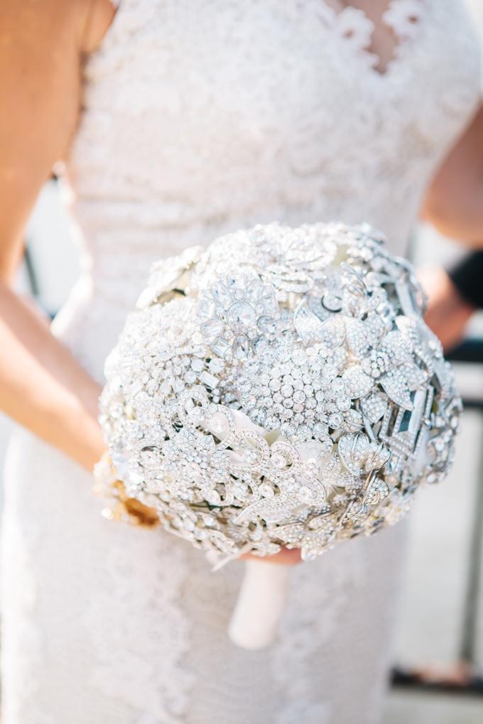 brooch bouquet | Samantha Lauren Photographie | Glamour & Grace