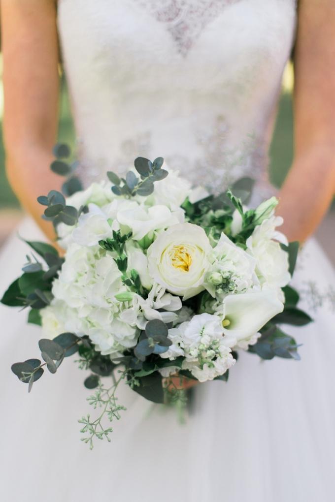 white bouquet | Elisabeth Carol Photography | Glamour & Grace