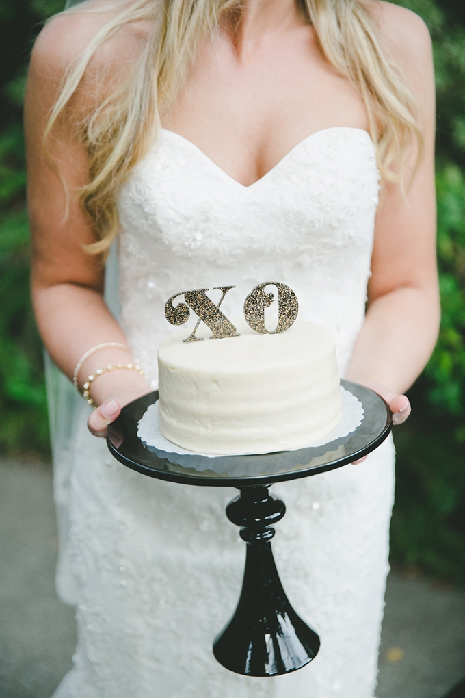 XO white wedding cake | onelove photography | Glamour & Grace