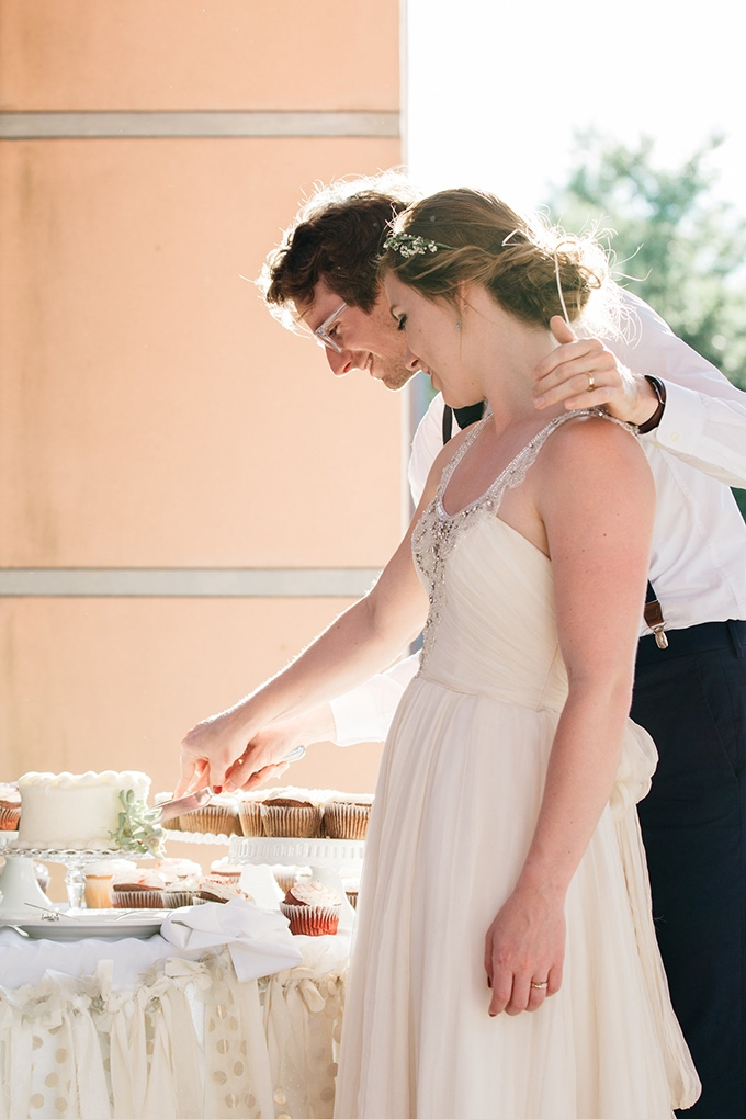 cake cutting | Perregeaux Wedding Photography | Glamour & Grace